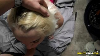 Glamor blond Marilyn Moore is giving blow after getting slit licked